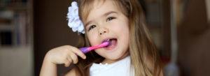 歯ブラシをする女の子 かみすのこども はいしゃ